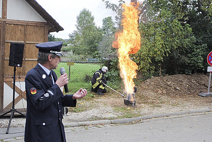 Gerd Thorak erläuterte was geschieht, wenn man brennendes Fett mit Wasser löscht. | Foto: Blinten